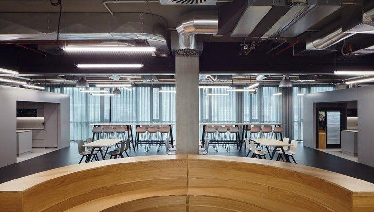 Die zentrale Multifunktionszone im 'Work Café'.
