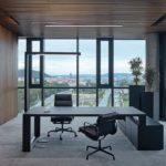 Ein Einzelbüro mit Blick auf Prag mit akustisch wirksamen Decken und Wänden.