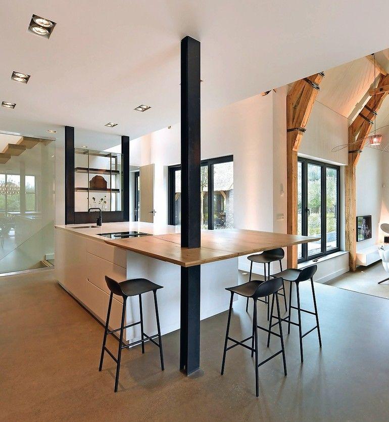 Küchenblock aus Mineralwerkstoff mit auskragendem Holztisch