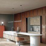 Küche mit Holzfront und minimalistischer Mineralwerkstoff Arbeitsplatte.