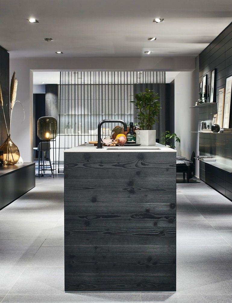 Küchengestaltung mit schwarzem Küchenblock von Poggenpohl