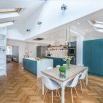 Eine Wohnküche mit Essbereich und Küchenblock