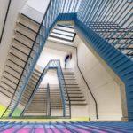 Farbelemente im Treppenhaus in der Realschule.